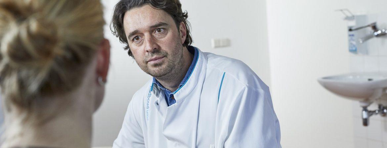 arts Radboudumc in gesprek met patiënt